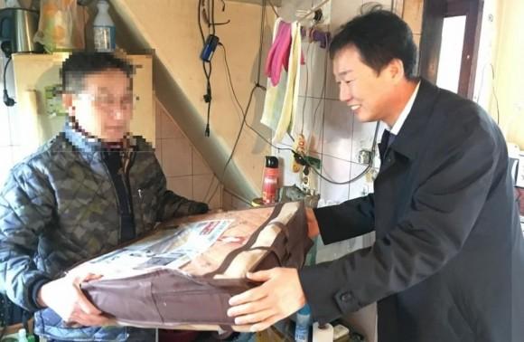 중앙동지역사회보장협의체 저소득세대에 난방용품 지원
