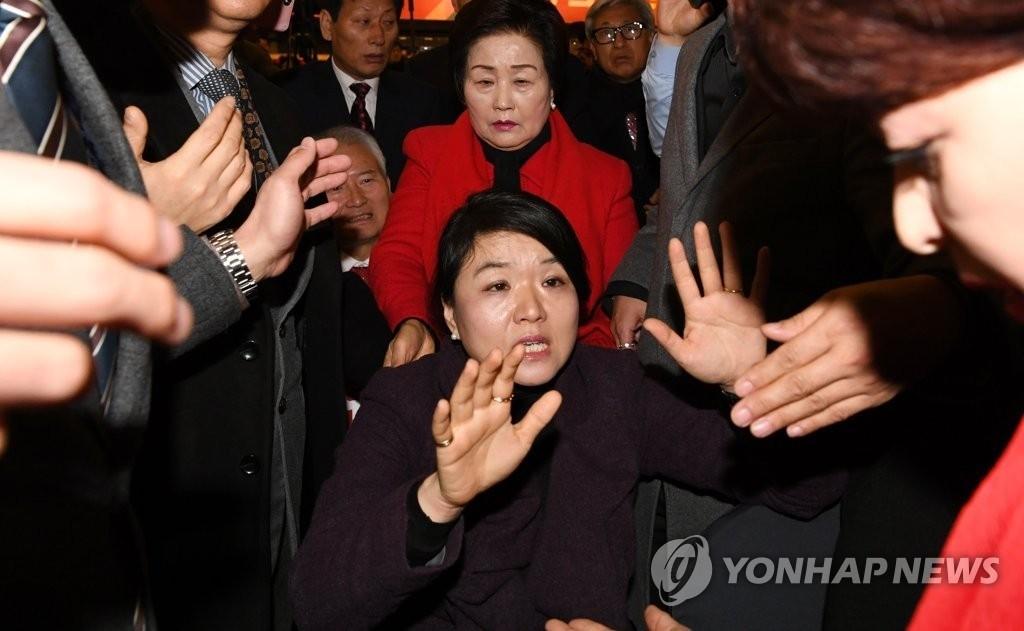 """한국당 제명된 류여해 """"내 몸애 손대지 마"""" 신년인사회서 실랑이 끝에 '퇴장'"""