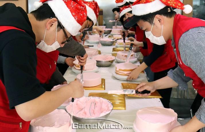 컴투스, 지역 아동에게 직접 만든 크리스마스 케잌 전달