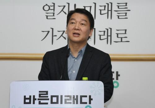 """서울시장 출마 얼버무린 안철수, 홍준표의 '3등 전망'에 """"내가 무섭다는 표현"""" 반박"""