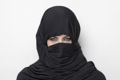 """영국 무슬림 """"테러리스트 같이 보이는 히잡"""" 발언 상사 고소"""