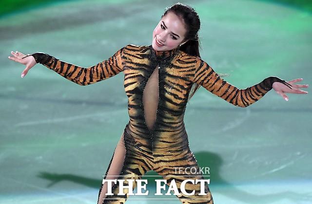 알리나 자기토바, '깜찍한 정글의 여인~'
