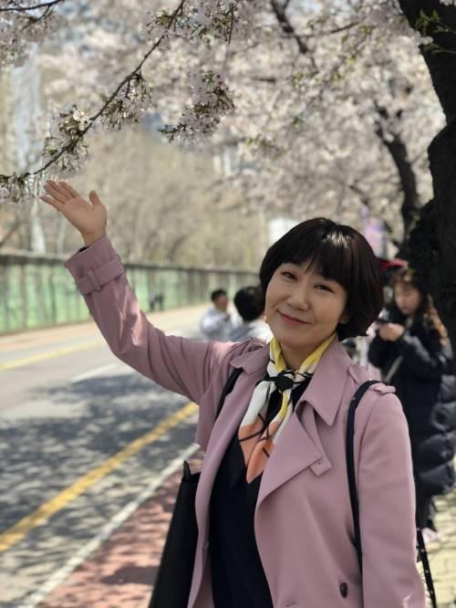 라미란, '우리가 만난 기적' 촬영 도중 벚꽃 심취