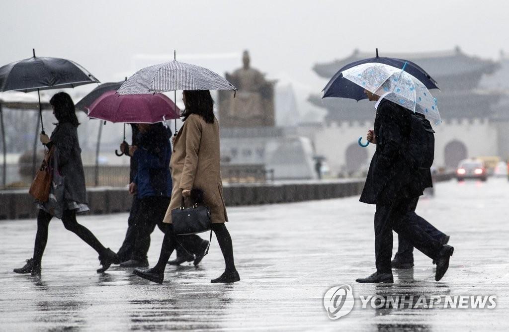 봄비 내려 '더위' 물러가..서울 오후부터 비