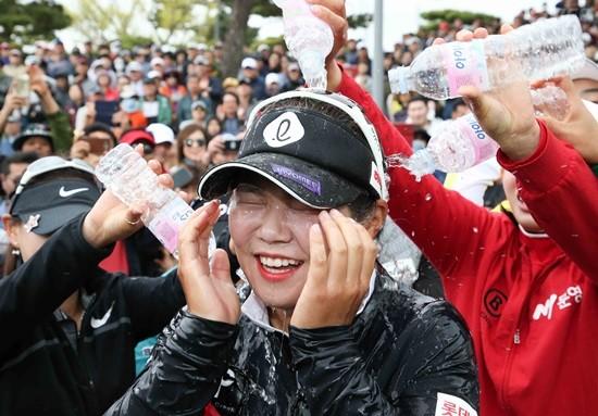넥센 마스터즈, 우승 축하 물세례 받는 이소영