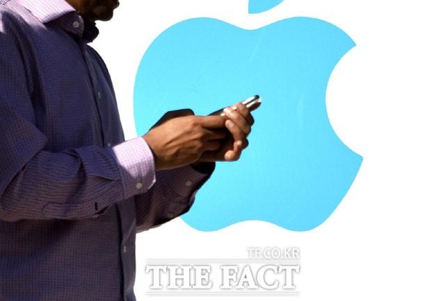 계속되는 악재… 애플, '아이폰' 이어 '맥북'서 배터리 결함
