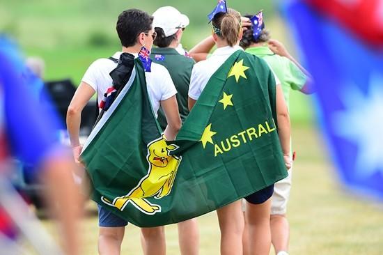 UL 인터내셔널 크라운, 호주 상징 깃발을 메고 코스를 걷는 갤러리