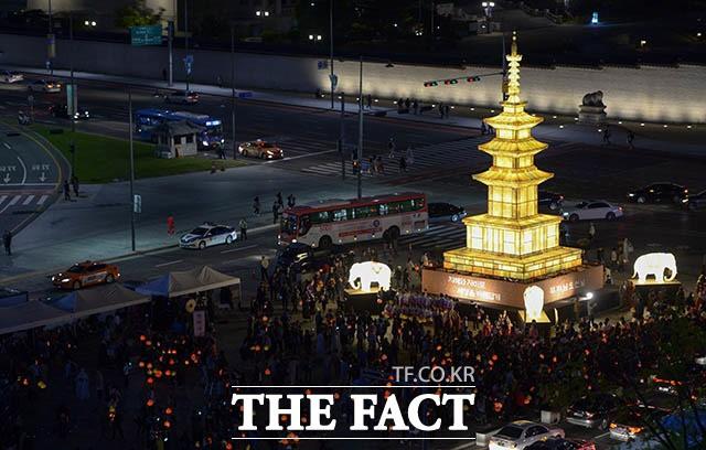 광화문광장에서 불 밝힌 봉축 석가탑