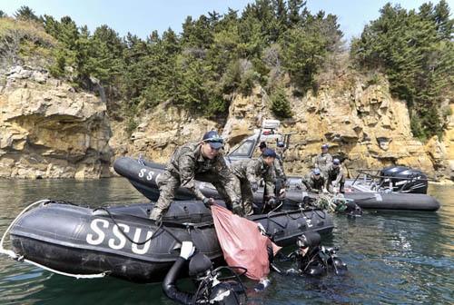 해군 SSU 대원들, 동해 쓰레기 '일망타진'