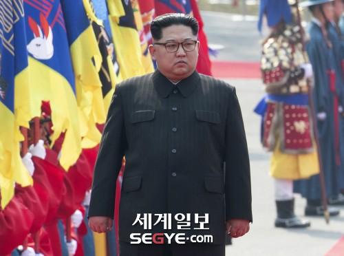 국군의장대 사열하는 김정은 국무위원회 위원장