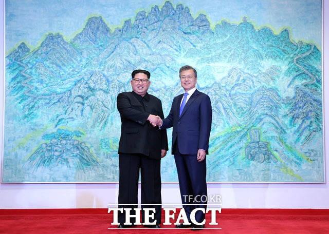 북한산 그림 앞에서 악수하는 문재인-김정은