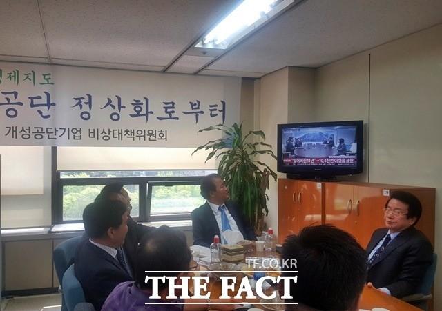"""밤 지샌 개성공단기업인들 """"만감교차…공단 재가동 희망"""""""