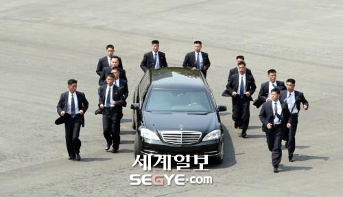 김정은 국무위원장 호위하는 경호원들