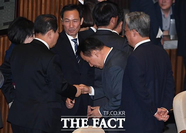 """홍문종·염동열 체포동의안 부결…""""국회 해산해야"""" 후폭풍"""