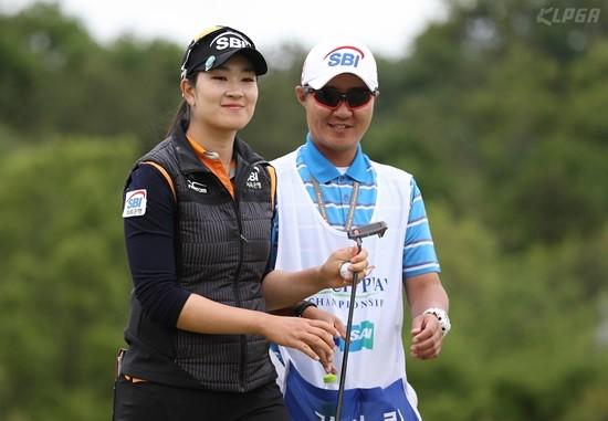 두산 매치플레이, 버디 성공 후 캐디와 즐거워하는 김아림