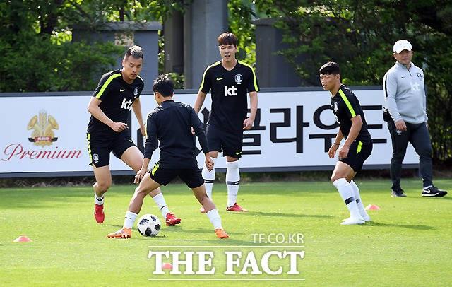 김신욱-이승우, '최장신과 최단신의 볼 다툼'