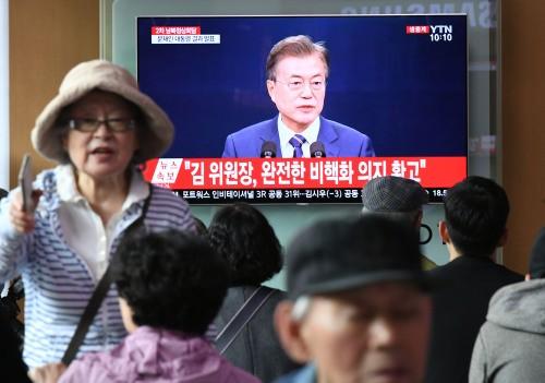 2차 남북정상회담 결과 발표 생중계 시청하는 시민들