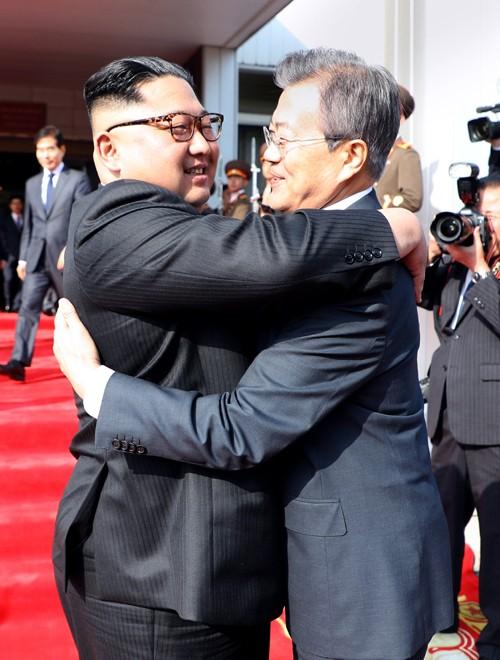 '찬란' 혹은 '복잡 미묘'…문재인·김정은 포옹, 엇갈린 반응