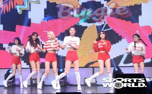 여름 맞아 컴백한 그룹 AOA