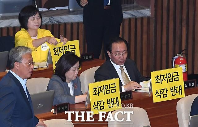 '최저임금 삭감반대' 피켓시위하는 정의당