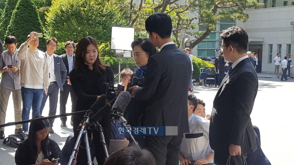 """'갑질 폭행' 이명희 경찰 출석 """"피해자 회유한 적 없다"""""""