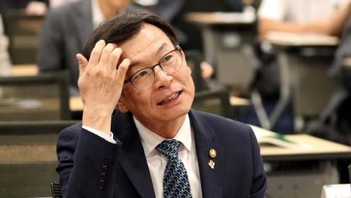 """김상조 한마디에 기업 주가 급락…""""책임져라"""" 청원 봇물"""