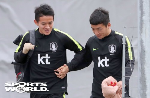 홍철-김민우, 두손 맞잡고 훈련장으로