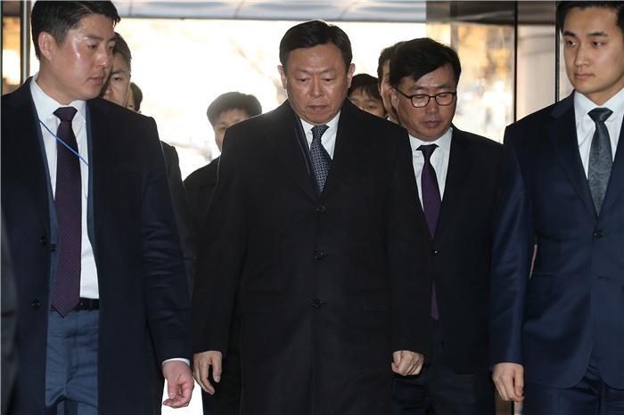 롯데 신동빈, 보석 딜레마…경영권불안 자인