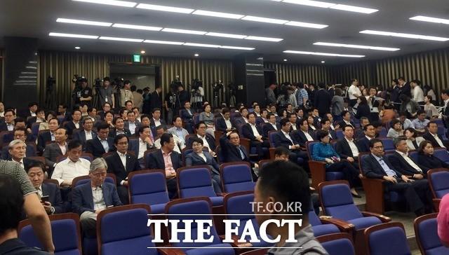 """김성태 """"이번에야말로 끝장 볼 것""""…한국당 '필사즉생' 의총"""