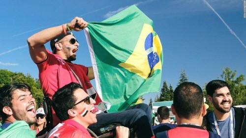 자존심 건 각국 응원전..경기장 밖에선 모두가 승리했다