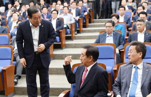 박성중 의원 제지하는 김성태 당 대표 권한대행