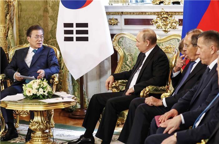"""문 대통령 """"남북러 3각협력 대비 한러 철도·전기·가스 공동연구 추진"""""""