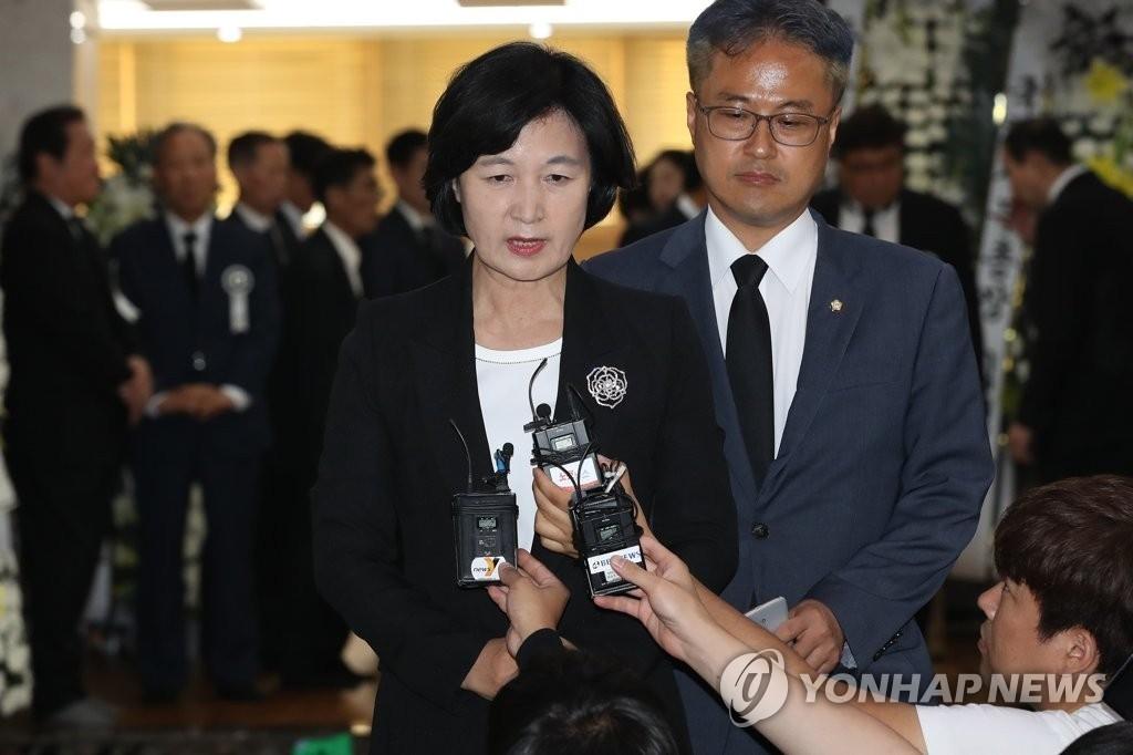 """故 김종필 빈소 찾은 추미애, """"책무 다한 어르신"""""""