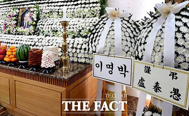 고 김종필 전 총리 빈소에 놓인 노태우-이명박 조화