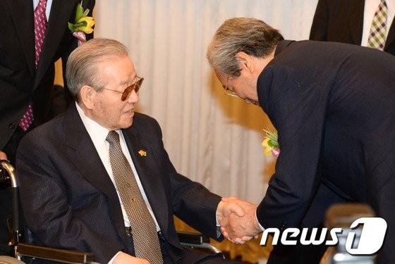 """이한동 전 총리, 김종필 빈소 방문… """"큰 별이 갔다"""""""