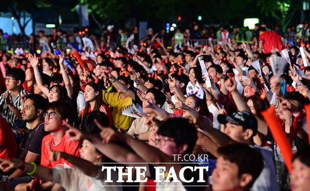 '대·한·민·국!'…광화문광장에 모인 붉은악마
