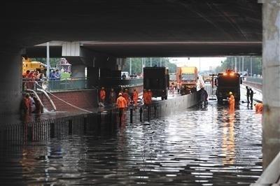 베이징, 사흘째 폭우…자동차 침수·비행기 결항 속출