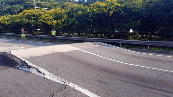폭염에 서해안고속도로 안산 부근 도로 파손…11시간만에 복구