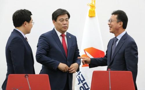 '한국당 비대위는 철새 지도부'…비판여론 고조