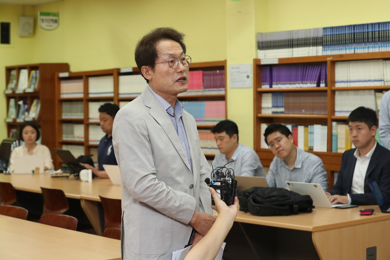 조희연, 신상보호 요청에도 학교 '실명' 언급· 난민학생에게 '셀카'제안