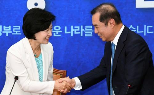 """""""잘해봅시다"""" 추미애·김병준 첫 상견례"""