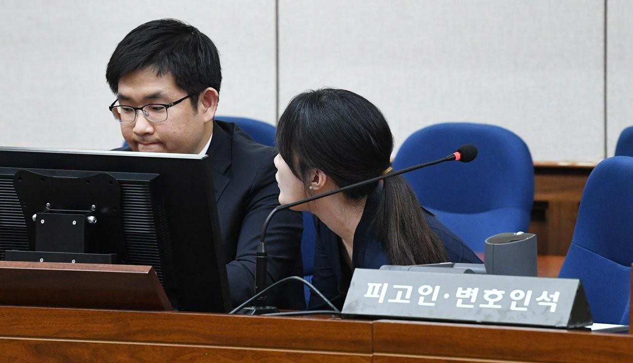 박근혜 특활비 1심 선고, 의견 나누는 변호인