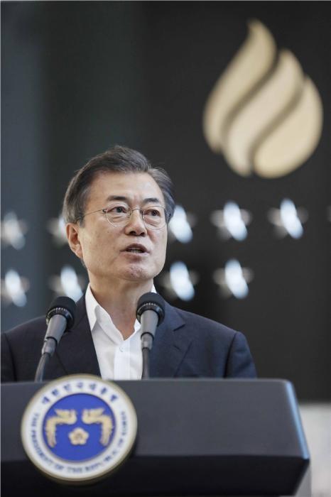 """문 대통령 """"국정원, 정치적 이용 않고 오염 안 시킬 것"""""""