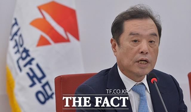 '친절한' 김병준 비대위원장, 자택 앞 취재진에 '문자'