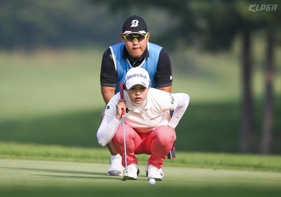 문영 챔피언십, 캐디와 퍼팅라인을 살피는 김혜선2와 김보아