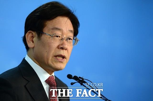 '조폭 유착 의혹' 이재명·은수미 도마 위… 靑 청원 쇄도
