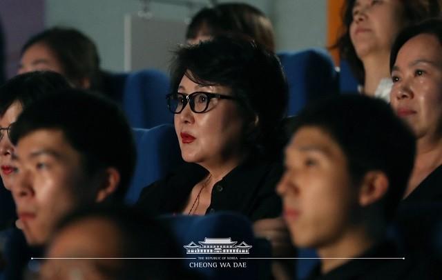 김정숙 여사, 靑 직원들과 '위안부' 소재 영화 '허스토리' 관람