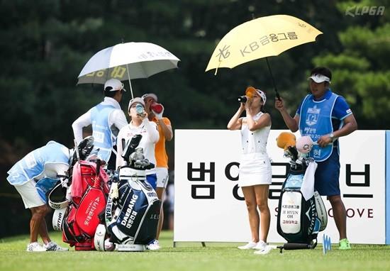 문영 챔피언십, 티샷 전에 물을 마시는 김지현2, 이정은6, 오지현