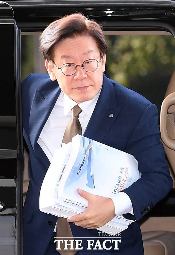'조폭 연루설' 이재명 경기지사, 담담한 출근길