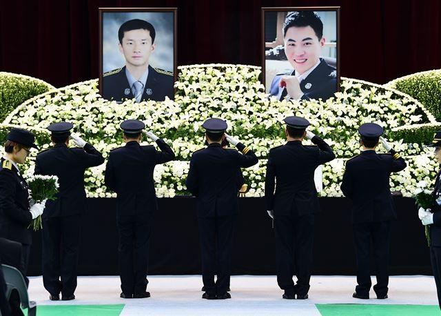 """""""동진아, 문규야 사랑한다"""" 눈물의 영결식"""